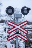 Bahnübergang mit Zeichen und Schienen Lizenzfreie Stockfotografie