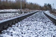Bahnübergang mit Zeichen und Schienen Stockfoto