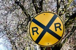 Bahnübergang Zeichen mit Kirschblüte im Hintergrund Lizenzfreie Stockfotos