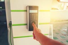 Bahn-Angestellt-Stunden unter Verwendung des biometrischen Fingerabdruck-Scanners Lizenzfreies Stockfoto