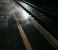 Bahn an der Bahnstation Lizenzfreie Stockfotos