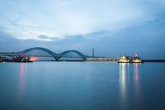 Bahn-der Jangtse Brücke Nanjings an der Dämmerung Lizenzfreies Stockfoto