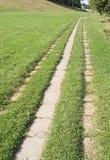 Bahn durch das Gras Stockbilder