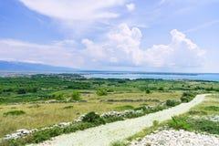 Bahn durch die alte Steinwand auf der Insel Stockfotos