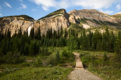 Bahn durch die Berge und den Wald in Kanada Lizenzfreie Stockfotos