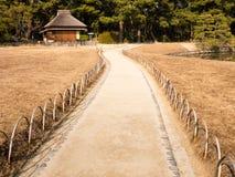 Bahn in einem japanischen Garten lizenzfreie stockbilder