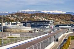Bahn F1 und Bergblick Lizenzfreies Stockbild
