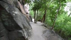Bahn gehen zu besuchen und Felsenkunst auf Klippen Nationalpark Pha Taem in Ubon Ratchathani, Thailand betrachtend stock footage