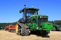 Bahn-Traktor John Deeres 8345RT und Vaderstad-Landwirt auf Feld Lizenzfreie Stockbilder