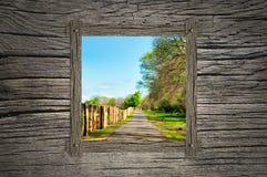 Bahn und hölzernes Fenster stockfotografie