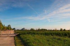 Bahn vom Auto, das zur Bushaltestelle parkt Panorama von Mont Saint Michele-Abtei an einem schönen Frühlingsmorgen Normandie, Fra Lizenzfreies Stockbild