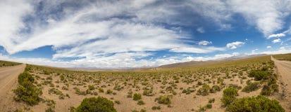 Bahn 4x4 in den Bergen von Eduardo Avaroa Reserve, Bolivien Lizenzfreie Stockbilder