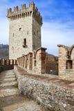Bahn zu einem mittelalterlichen Kontrollturm im Vigoleno Schloss Stockfotos