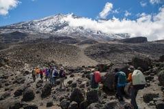 Bahn zu Kilimanjaro stockfotografie