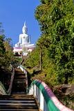 Bahn zu weißem Buddha Lizenzfreie Stockbilder