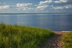 Bahn zum Ufer des Oberen Sees lizenzfreie stockfotografie
