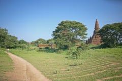 Bahn zwischen Bagan-Pagoden Stockbild
