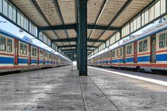 Bahnanschluß Haydarpasha mit Metallbinder und zwei farbigen gestoppten Zügen, Kadikoy, Istanbul, die Türkei Lizenzfreie Stockfotos