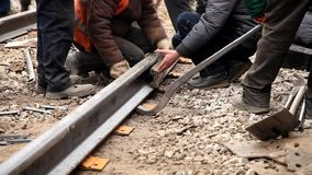 Bahnarbeitskräfte, die Bahnschiene weglaufen stock video