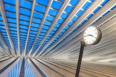 Bahnbahnhofsuhrblaustunde stockbilder