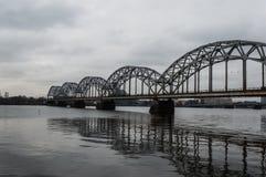 Bahnbrücke über Daugava-Fluss Lettland lizenzfreies stockfoto