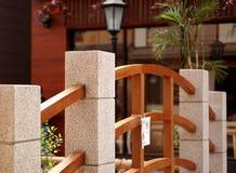Bahnbrücke hergestellt vom Stein und vom Holz Stockbilder