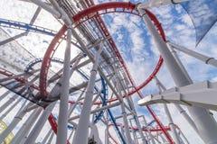 Bahnen der Achterbahn gegen blauen Himmel, Perspektiven-Konzept Lizenzfreies Stockfoto