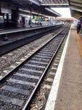Bahnen, die in den Abstand führen Stockfoto