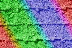 Bahnen im Sand in den Regenbogenfarben Stockfotos