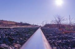 Bahnführen zu das Bergwerkgebiet mit einer Steinbalance stockbilder