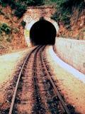 Bahngleis, das führt, um einen Tunnel anzulegen Lizenzfreies Stockfoto