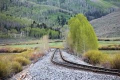 Bahngleis durch Berg stockbilder