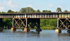 Bahngleise über Wasser-Abschluss oben Lizenzfreies Stockfoto
