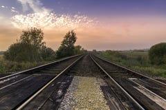 Bahngleise bei Sonnenuntergang lizenzfreies stockfoto