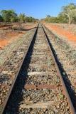 Bahngleise, die in den Abstand führen Stockbild