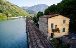Bahngleise entlang dem Fluss lizenzfreies stockfoto