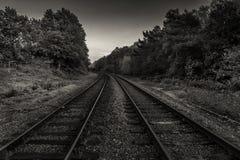 Bahngleise in Mono stockbilder