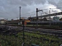Bahngleise in schlechter Zustand nahe einem veralteten Industriegebiet stockbild