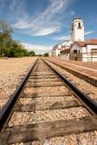 Bahngleise und ein Nahverkehrszugdepot mit bewölktem Himmel Lizenzfreie Stockfotos