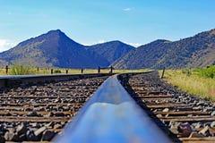 Bahngleise und Mountain View in Montana lizenzfreie stockfotografie