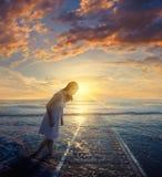 Bahngleise zum Ozean lizenzfreie stockfotografie
