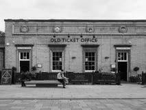 Bahnhof Cambridges alte Kartenschalter-Kneipe in Schwarzweiss lizenzfreies stockfoto