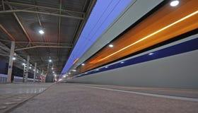 Bahnhof des chinesischen CRH Schnellzugdurchlaufs lizenzfreie stockfotos
