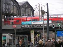 Bahnhof Friedrichstrasse i Berlin Arkivbilder