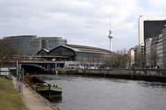 Bahnhof Friedrichstrasse undfest Berlin arkivfoto
