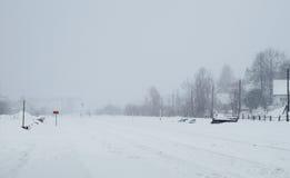 Bahnhof im Winter, eine Ampel im Dorf, Ukraine, Europa Lizenzfreie Stockfotografie