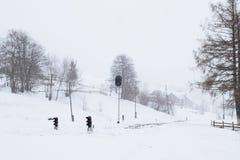 Bahnhof im Winter, eine Ampel im Dorf, Ukraine, Europa Stockfotos