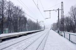 Bahnhof im Winterschneesturm Stockfotos