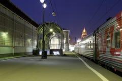 Bahnhof Kiyevskaya (Bahnanschluß Kiyevsky, Kievskiy vokzal) nachts Lizenzfreies Stockfoto