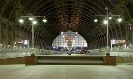 Bahnhof Kiyevskaya (Bahnanschluß Kiyevsky, Kievskiy vokzal) nachts Lizenzfreies Stockbild